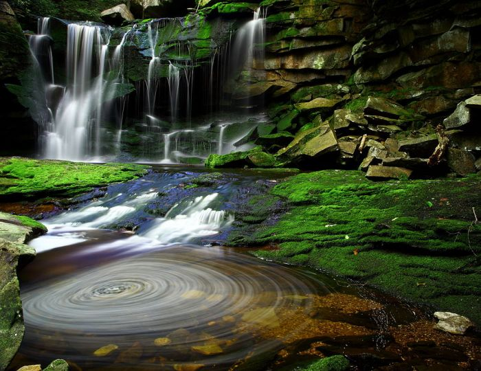 1024px-Elakala_Waterfalls_Swirling_Pool_Mossy_Rocks